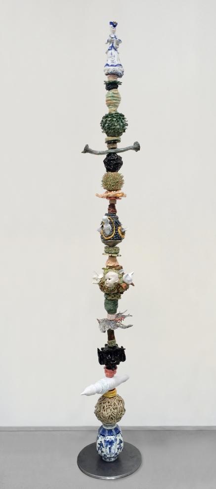 3 )drift , 2,50 x 40 x 40 cm,Ton, Fundstücke aus Porzellan, Stahl